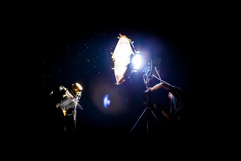 Préparation des éclairages avec le chef opérateur sur un plateau de cinéma