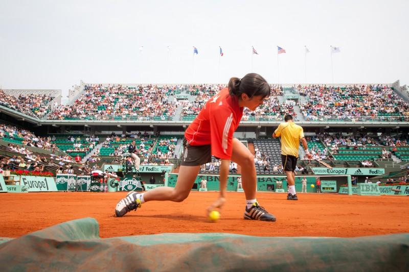 Avec une ramasseuse de balles à Roland Garros